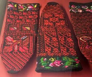 Socken mit Stickerei.